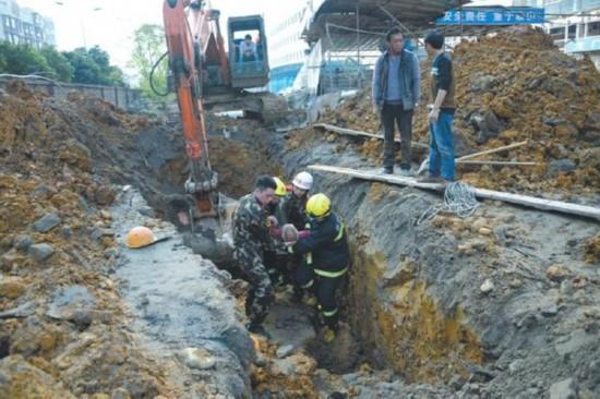 南充一新建医院工地发生塌方 致工人1死1伤